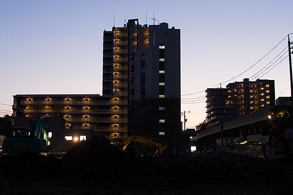 工事中とマンションの灯り