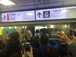 東京駅は天皇陛下を一目見ようと野次馬で大混雑でした。