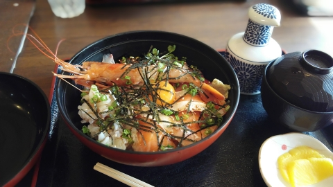 瀬戸田の「かねよし」さんで、海鮮丼。この辺の丼物には全部生卵乗ってるんだよなぁ~