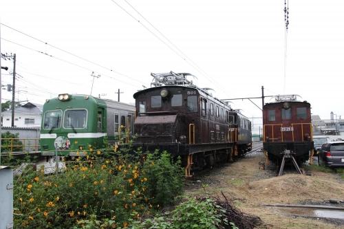 岳南富士岡駅留置車両群と岳南電車8000形電車