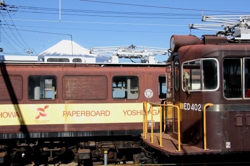 電気機関車群と富士山