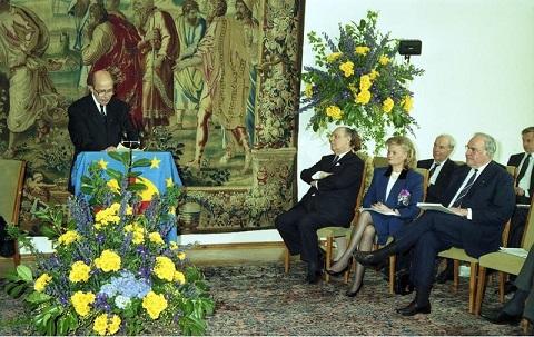 ドイツ再統一を果たしたヘルムート・コール首相に「クーデンホーフ=カレルギー・ヨーロッパ賞」を授与するオットー。