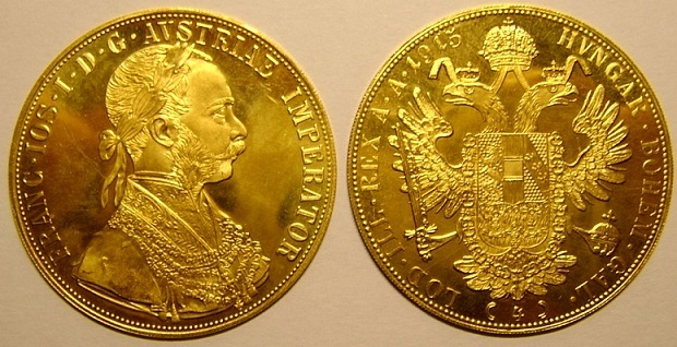 1915年の4ダカット金貨。フランツ・ヨーゼフ1世の肖像(左)。ハプスブルク家の紋章である双頭の鷲(右)の2つの頭は東と西を現すとされ、王冠をかぶった鷲が東西を見渡す様を示している