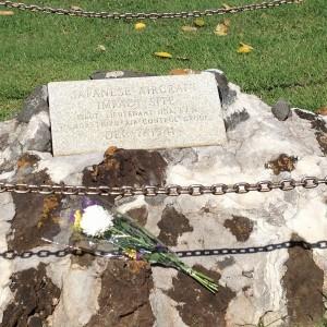 アメリカ海兵隊が建てた日本兵記念碑 碑面には「日本機突入地点」として飯田大尉の所属が記されている