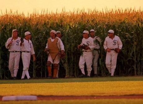 20160626フィールドオブドリームス選手トウモロコシ畑からから出てくる画像