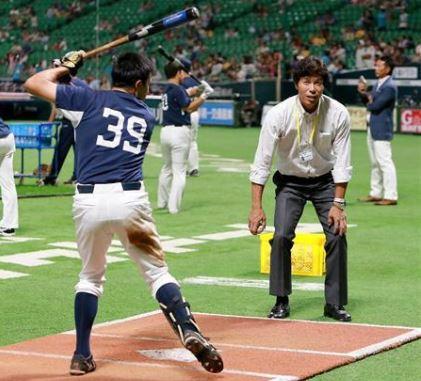 20160922ライオンズの選手を指導する秋山幸二氏の画像