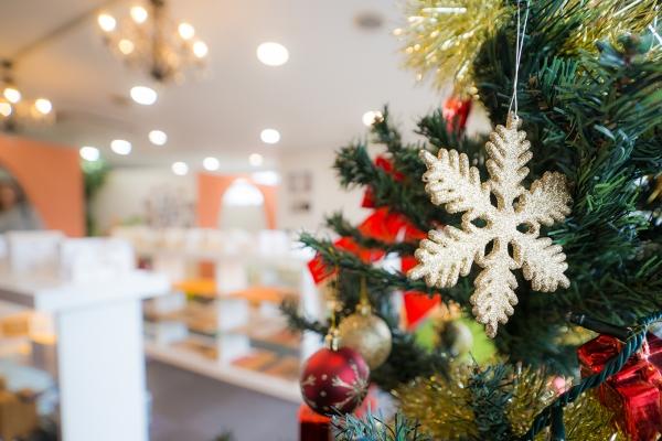 クリスマスツリーと事務所