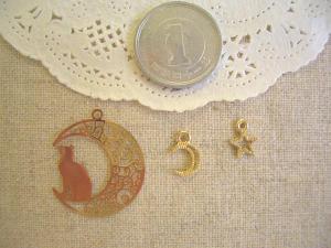 透かしムーンとネコ、小さな月と星