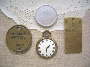 TOKEN、クラシックな時計、定規