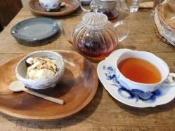 ヴァニラアイスにきなこと黒蜜をかけたデザートと紅茶
