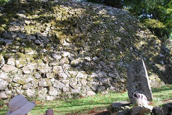 天守閣跡と石碑