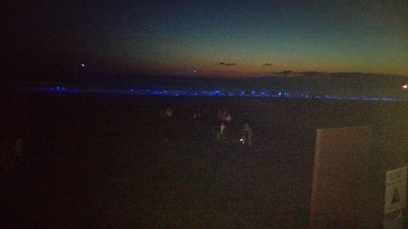 由比ガ浜の青い波