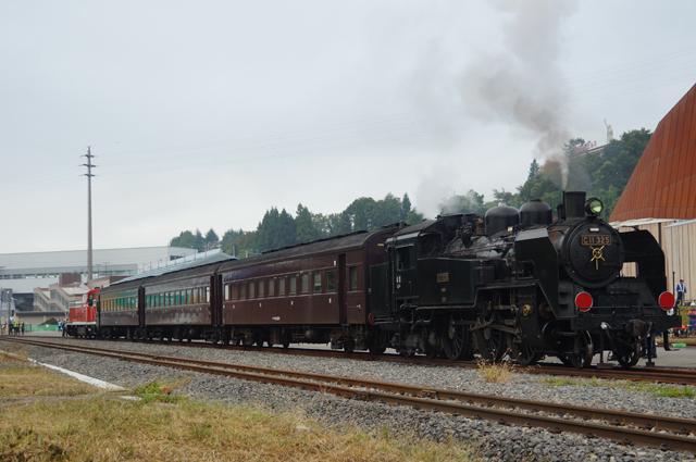 飯山の引き込み線にて、C11と旧型客車3両と長岡から引っ張ってきてくれたDE10