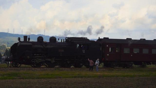 十日町の伊達を行く汽車、機関士さんが手を振ってくれた