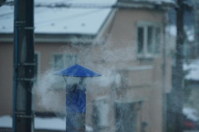 雪と陣笠煙突から立ち上る煙