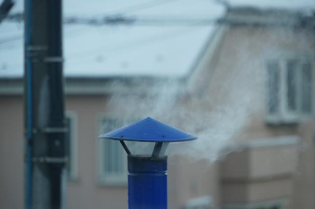 陣笠煙突と雪