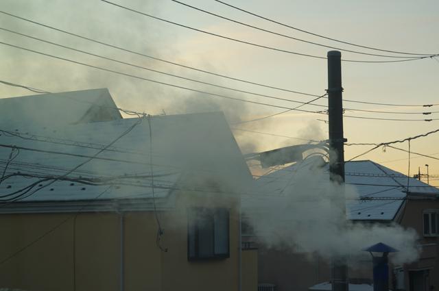 陣笠煙突から立ち上る煙