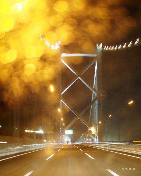 雨の関門海峡大橋