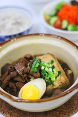 赤味噌仕立て もつ煮豆腐