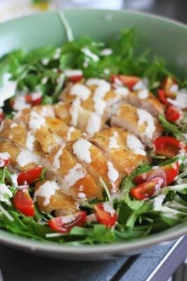 グリルチキンと水菜のシーザーサラダ風