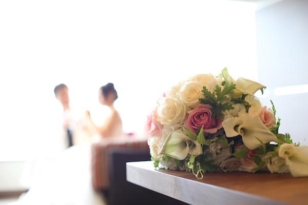 花と後ろ姿