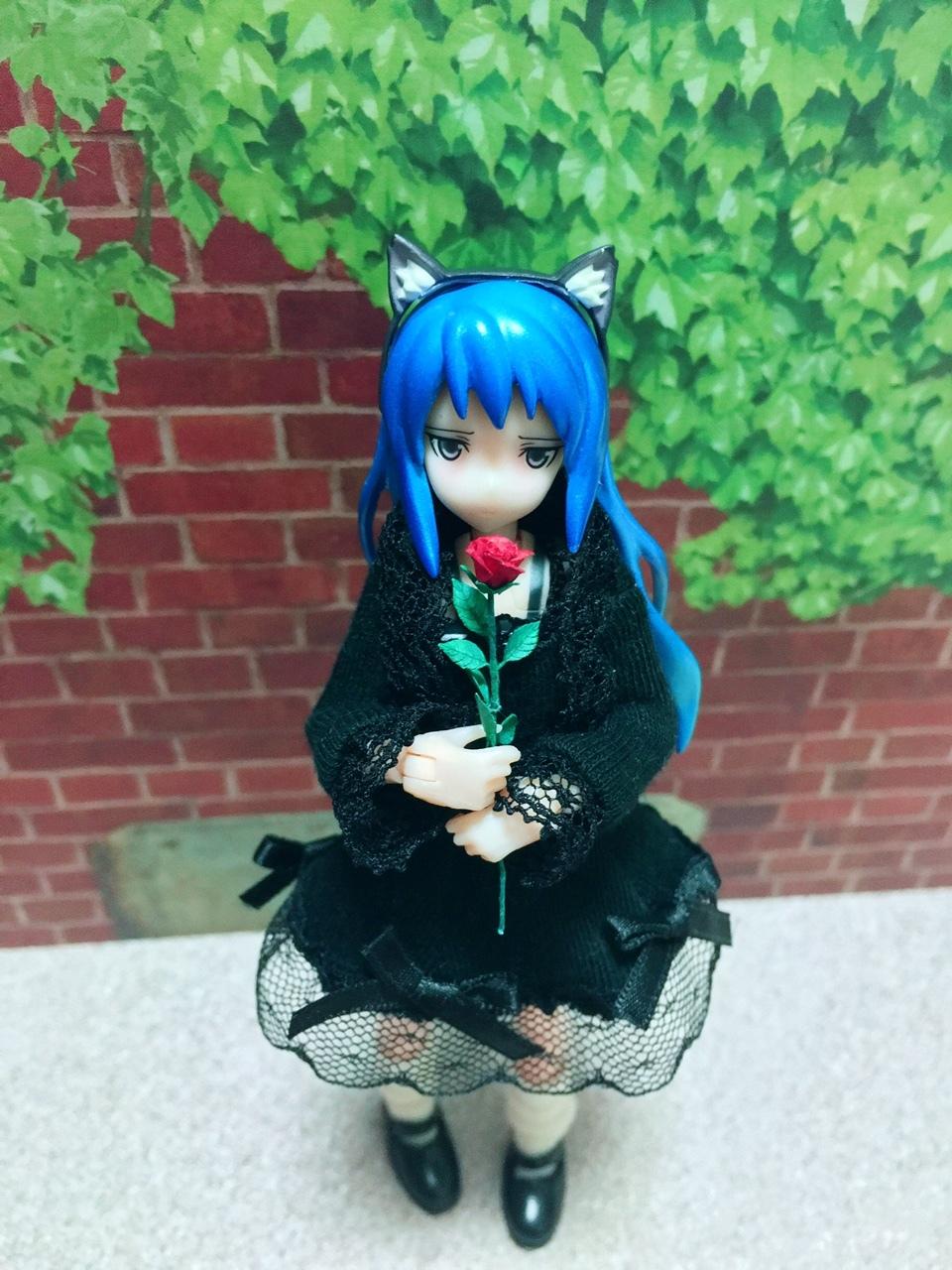 バラと黒服