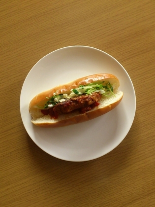 豆腐と豚肉のハンバーグトマトソースドッグ