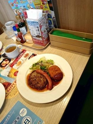 ガスト日替わりランチ3.ハンバーグ醤油ソース&ソーセージ&コロッケ(ライス少なめ)1