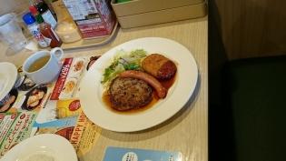 ガスト日替わりランチ3.ハンバーグ醤油ソース&ソーセージ&コロッケ(ライス少なめ)4