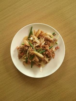 牛肉と玉葱とにんにくの芽炒め