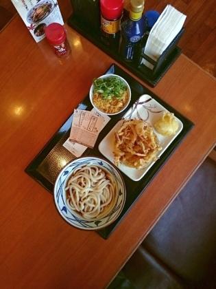丸亀製麺ぶっかけうどん(並)(冷)、野菜かき揚げ、半熟玉子天1