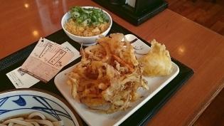 丸亀製麺ぶっかけうどん(並)(冷)、野菜かき揚げ、半熟玉子天2