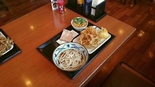 丸亀製麺ぶっかけうどん(並)(冷)、野菜かき揚げ、半熟玉子天3
