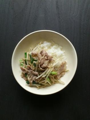 豚ロースと小松菜、モヤシのピリ辛の炒め物塩コショウ