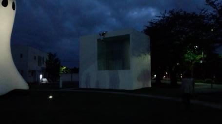十和田市現代美術館前の公衆トイレ