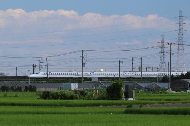 田園地帯を駆け抜ける新幹線