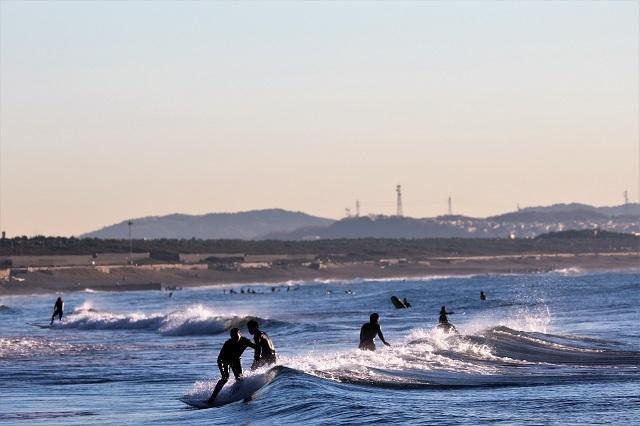 サーファーで賑わう湘南海岸