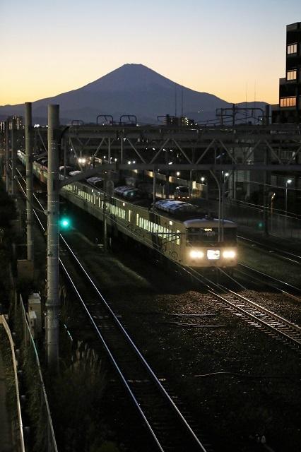 夕暮れの富士山と踊り子号