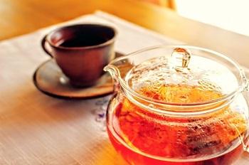 紅茶にティーポット