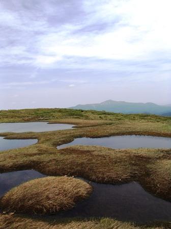 地塘と栗駒山