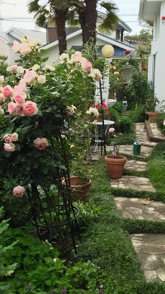 彫刻とバラの庭