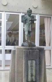 新築された戸板小の二宮金次郎像