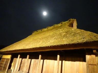 「茅葺の屋根に輝く今日の月」(関とっと)