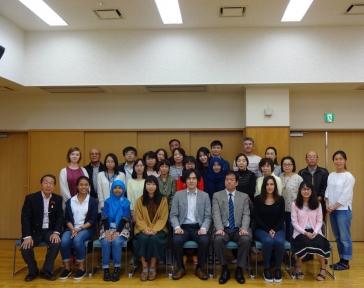 11名の日研生と里親の記念写真