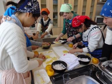 慣れない手つきでしたが日研生も真剣に柚餅子作りを