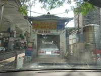 ドライバー乗ったまま洗車機に入る160725
