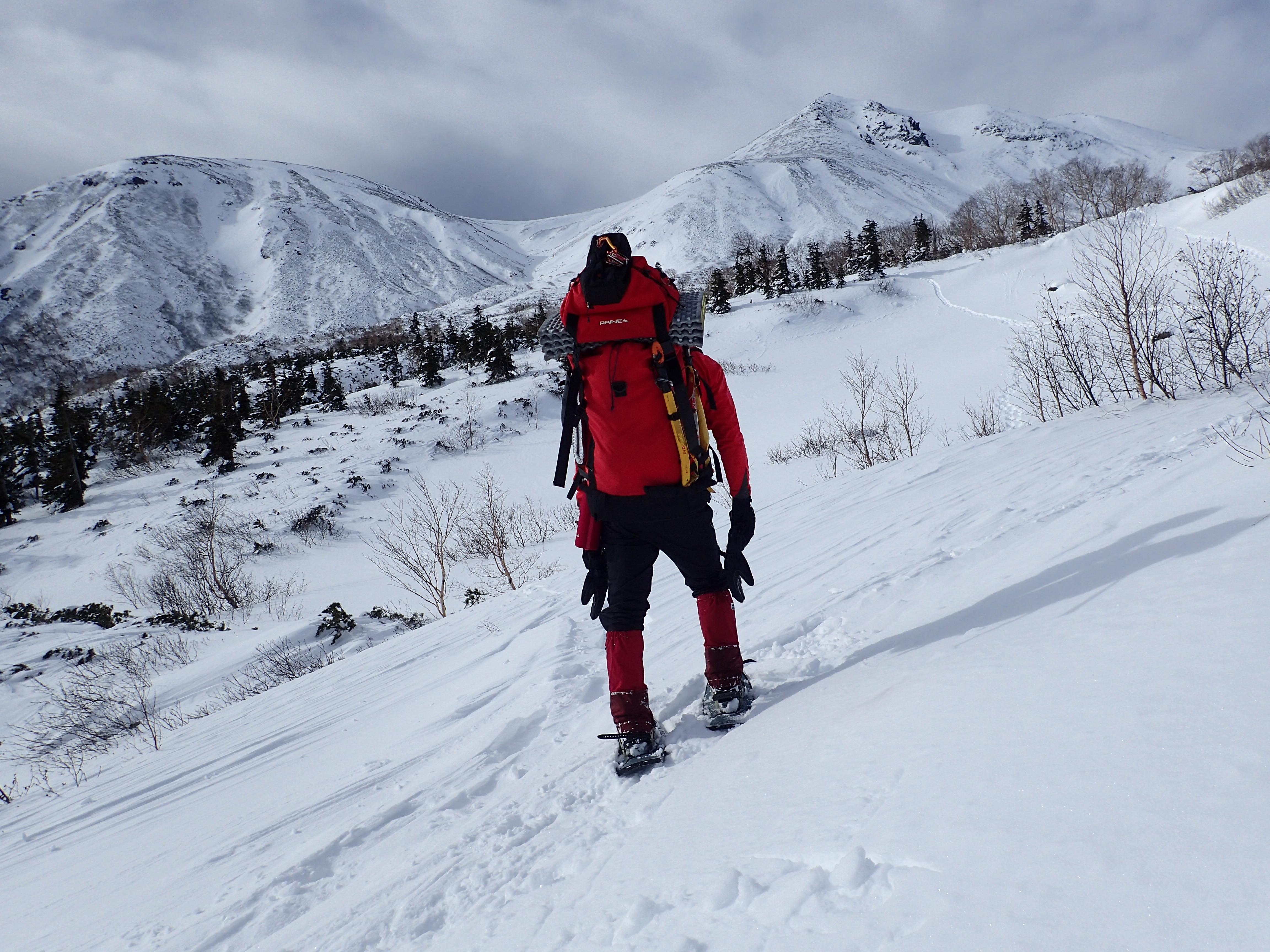 冬の乗鞍の雪原から乗鞍岳を眺める