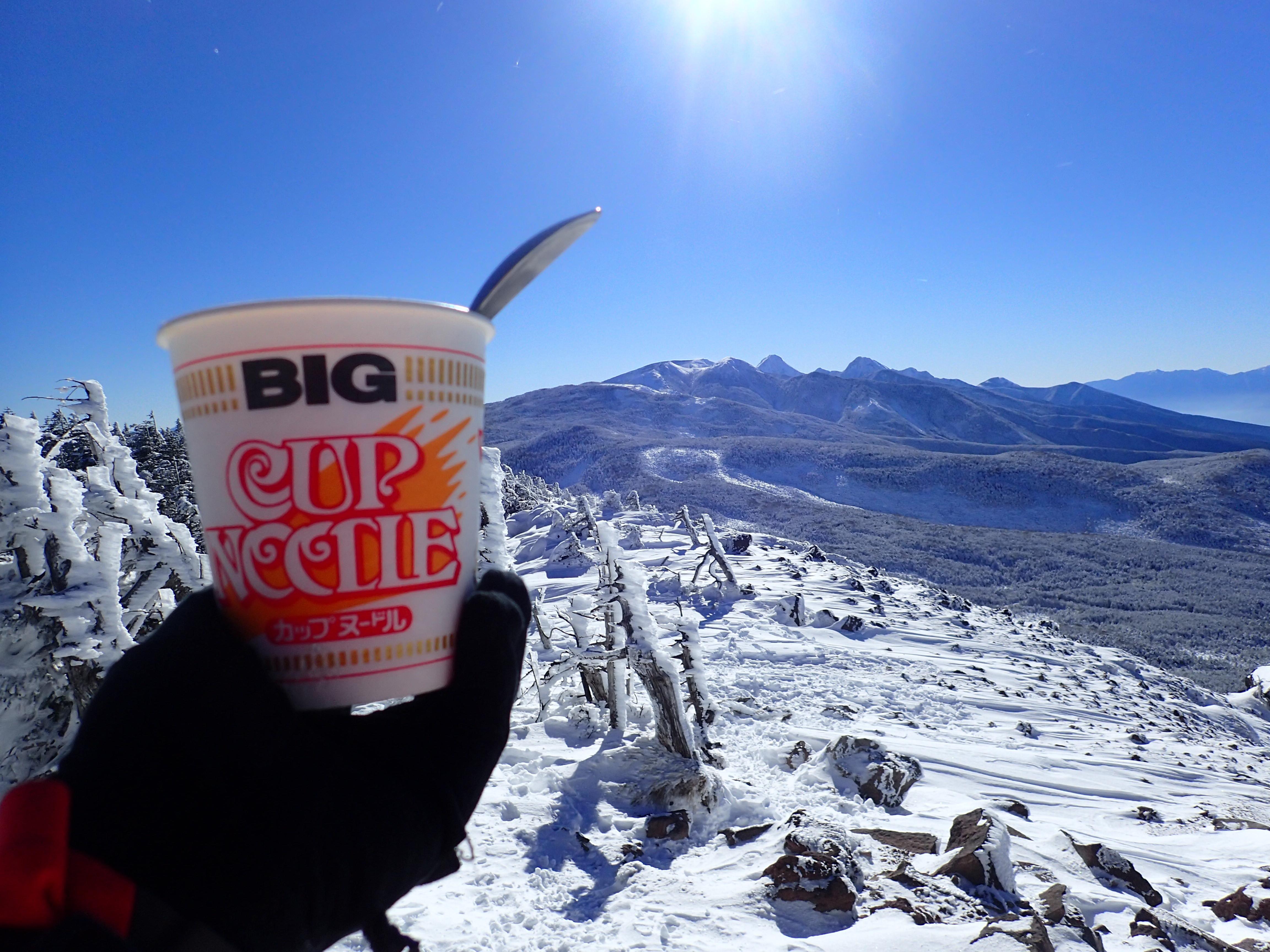 茶臼岳山頂から冬の八ヶ岳を見ながら食べるカップヌードル
