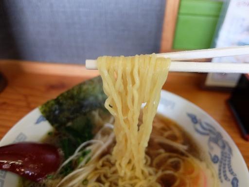 縮れた細麺