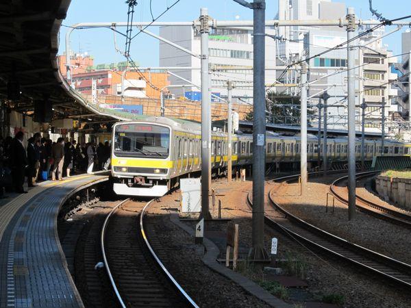 飯田橋駅に到着する中央・総武線E231系電車